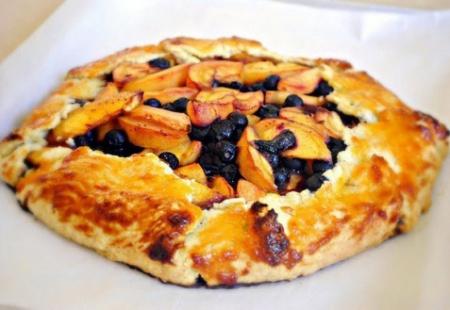 Рецепт пирога с персиками и черникой