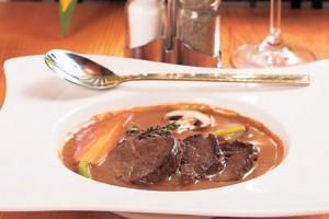 Рецепт медальонов из телятины в сливочном соусе на 8 марта