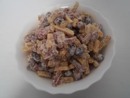 Салат - сухарики, фасоль, колбаса