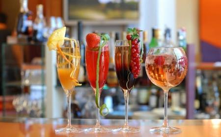 Коктейль для влюбленных «Фруктовый поцелуй» из шампанского – рецепт на 14 февраля.