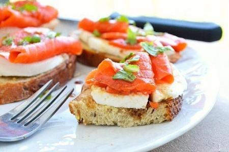 Праздничные бутерброды с лососем – рецепт к 14 февраля. Отличная закуска для романтического вечера.