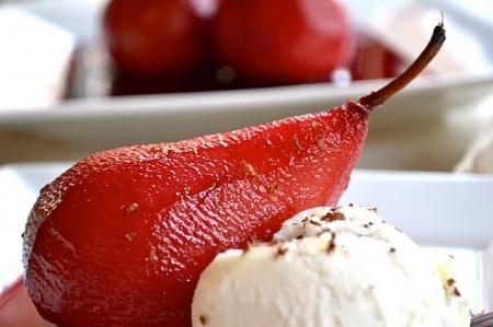 Груши в вине – рецепт на 14 февраля. Прекрасный вариант десерта ко дню Святого Валентина.