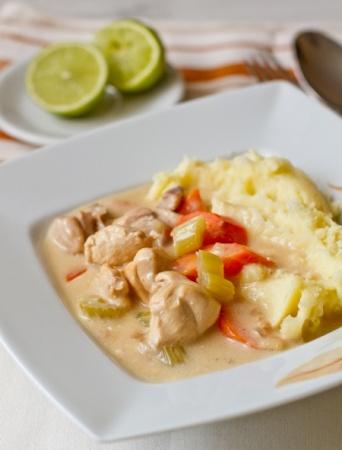 Курица, тушенная в белом вине – праздничный вариант приготовления курицы к 8 марта.