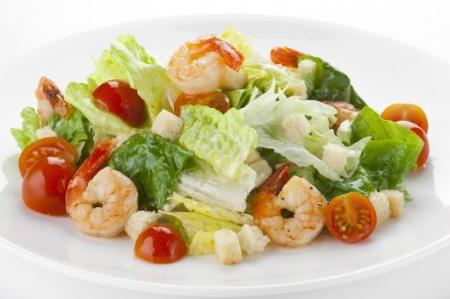 """Легкий салат с креветками. Рецепт с фото салата """"Цезарь"""" с креветками"""