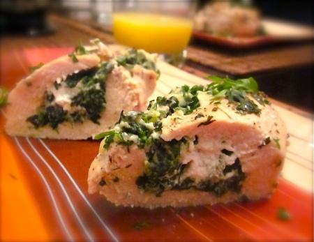 Цыпленок в беконе, фаршированный шпинатом и сыром