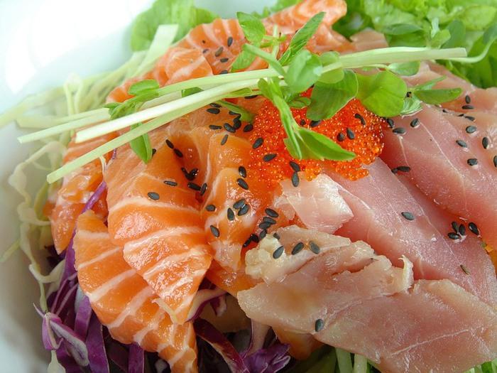 Зимний салат с копченой форелью